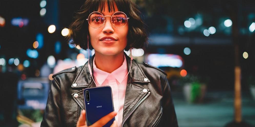 una ragazza ascolta musica dallo smartphone