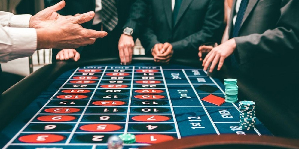 Persone che giocano a poker
