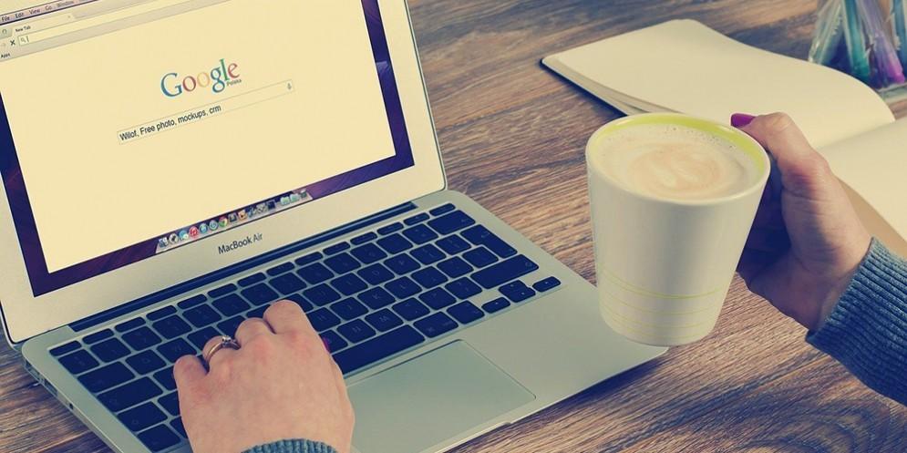 Una donna su Google con il MacBookAir
