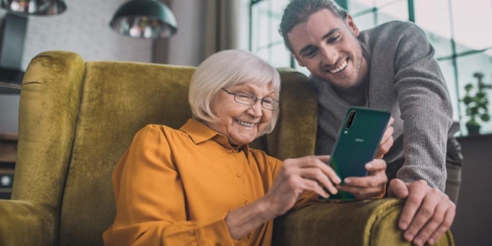 Una signora over60 con lo smartphone