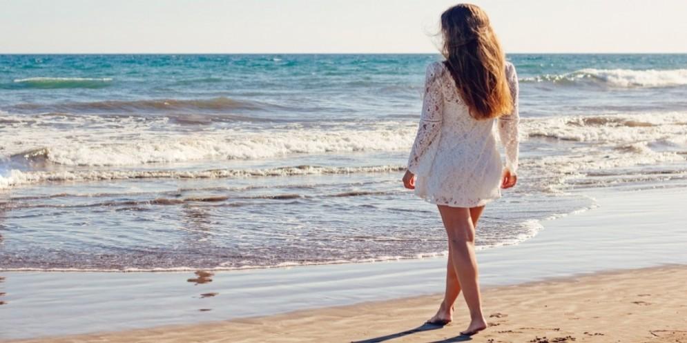 Una ragazza in riva al mare