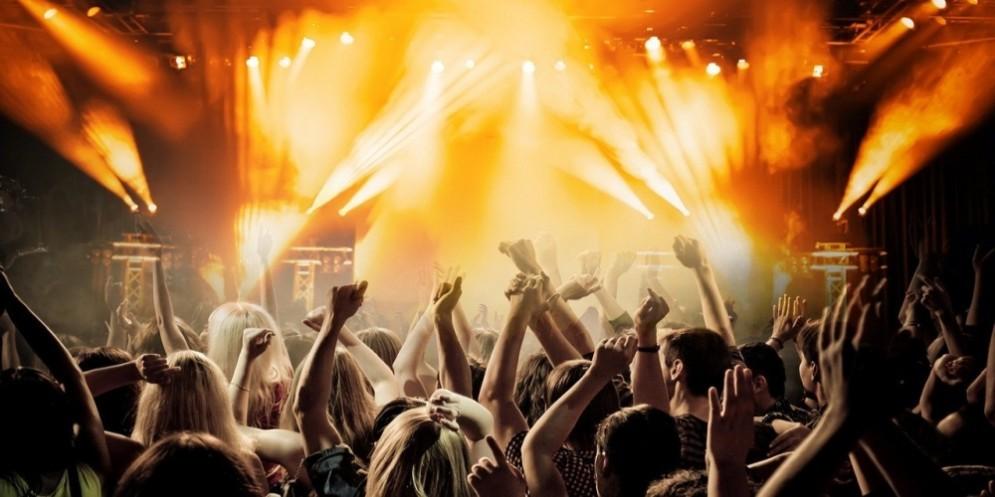 Evento con musica e ragazzi che ballano