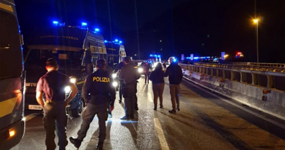 Tav, agguato ai mezzi di polizia con chiodi in autostrada: per ES Polizia è «terrorismo di piazza»