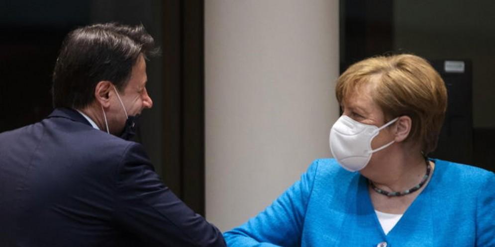Giuseppe Conte con Angela Merkel durante un momento del Consiglio UE