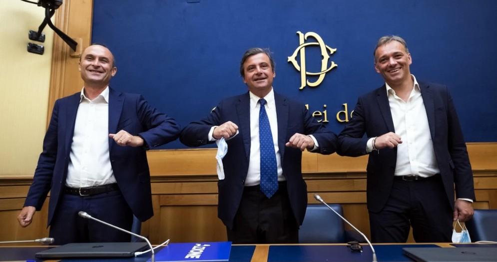 Il deputato Enrico Costa (a sinistra), con Carlo Calenda e Matteo Richetti, durante la conferenza stampa per annunciare il suo passaggio da Forza Italia al movimento Azione