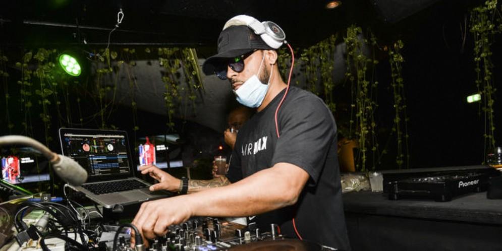 DJ in discoteca