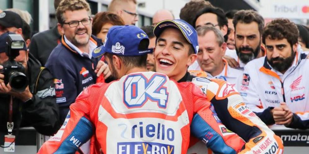 Un abbraccio tra Marc Marquez ed Andrea Dovizioso