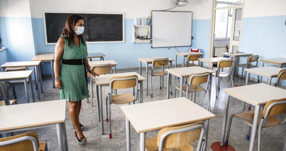 Crisanti: «Le mascherine andrebbero indossate anche seduti al banco. Vaccino? Rischioso prendere scorciatoie»