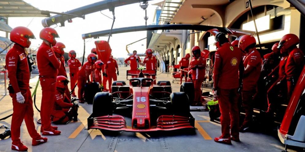 Team Ferrari al lavoro sulla Ferradi di Leclerc