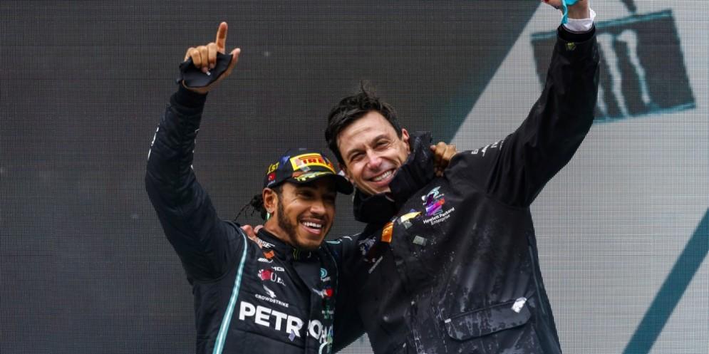 Lewis HAMILTON con Toto WOLFF sul podio del GP della Turchia