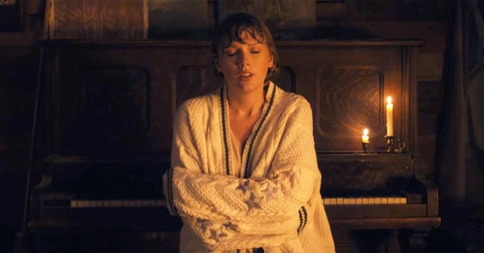Taylor SWIFT in un fotogramma del video di «Cardigan»
