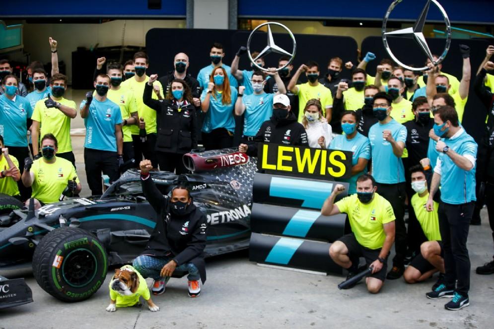 I festeggiamenti Mercedes per il settimo titolo mondiale di Lewis Hamilton