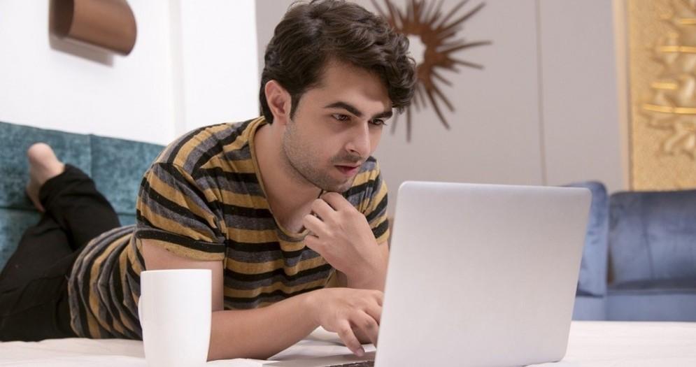 Un ragazzo con il laptop