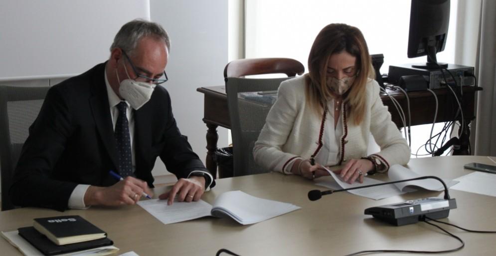 Massimo Vigo e Elena Chiorino all'atto della firma