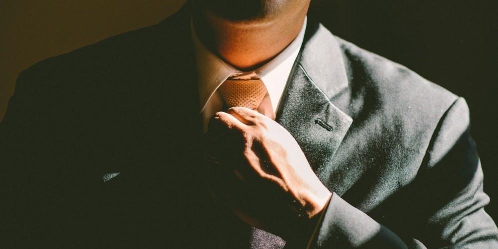 Un signore in giacca e cravatta