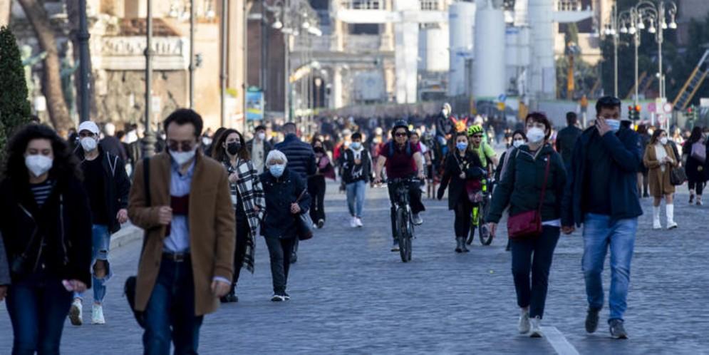 Gente a spasso per le vie di Roma