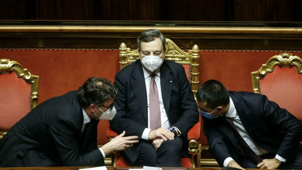 Mario Draghi tra Giancarlo Giorgetti e Luigi Di Maio