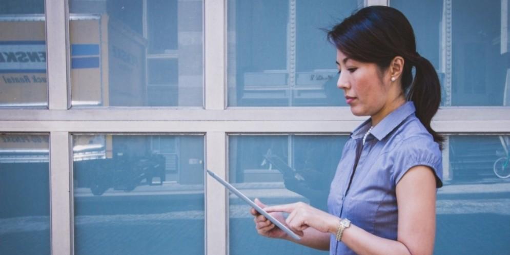 Una donna con il tablet