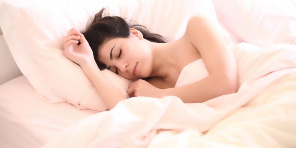 Una ragazza mentre dorme