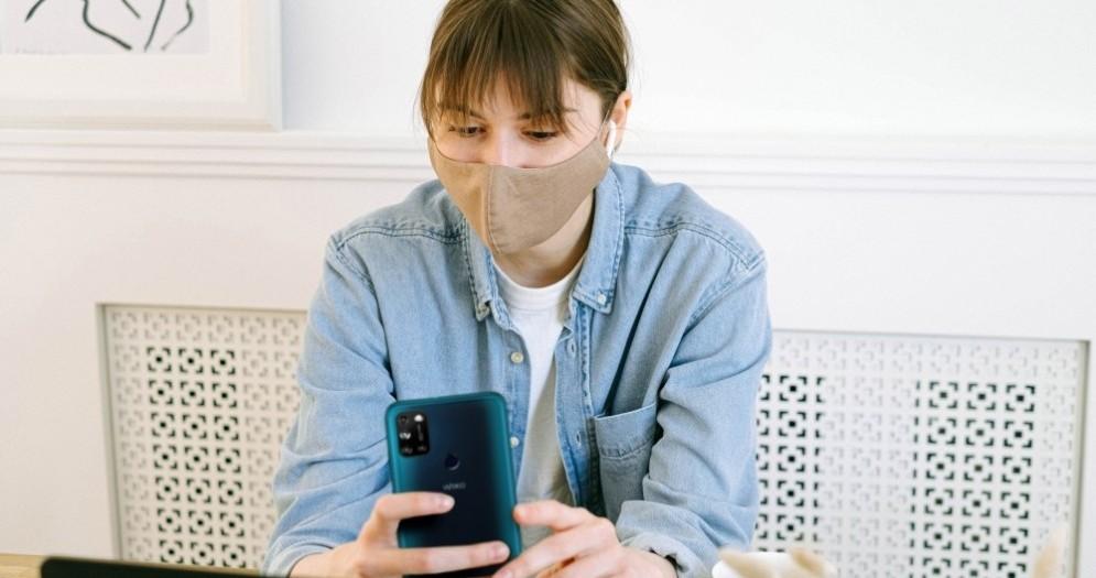 Una ragazza al lavoro con la mascherina