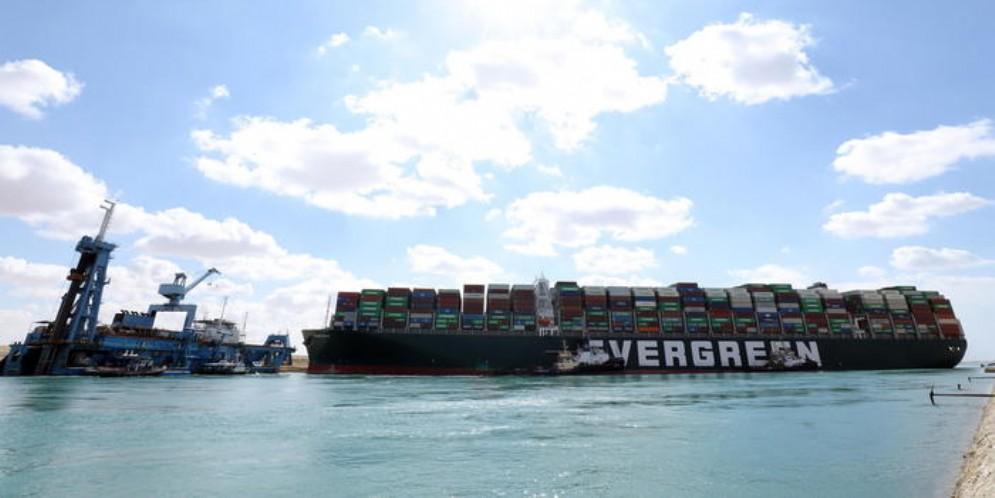 Il porta-container gigante Evergreen, che era incagliato nel canale di Suez