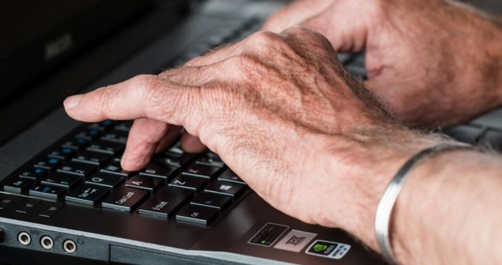 Mani sulla tastiera del portatile