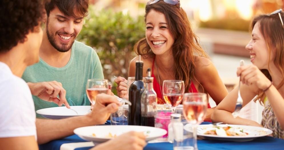 Pranzo all'aperto tra amici