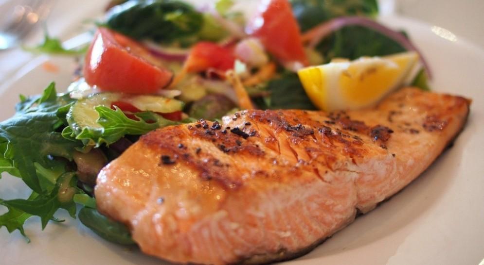 Un trancio di salmone con insalata
