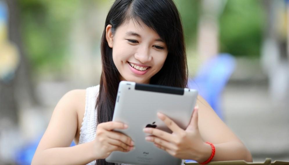 Una ragazza con l'ipad