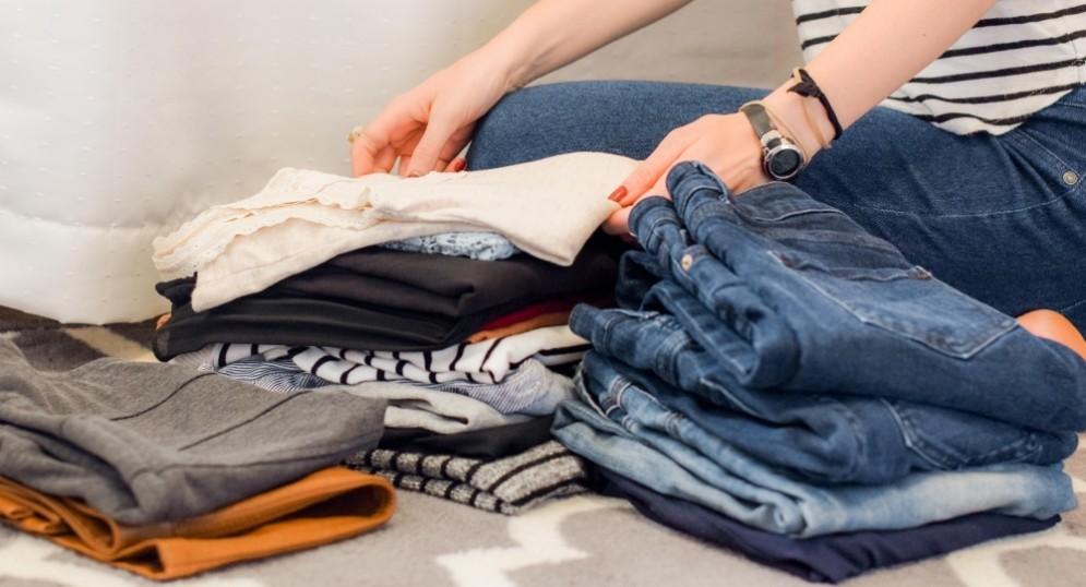 Una ragazza mentre riordina vestiti