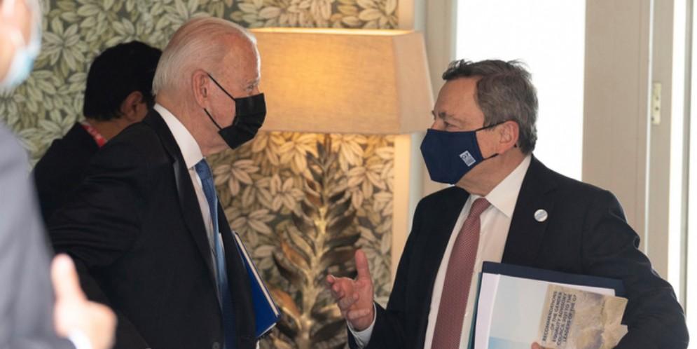Il Presidente americano Joe Biden a colloquio con Mario Draghi durante una pausa del G7 di Carbis Bay