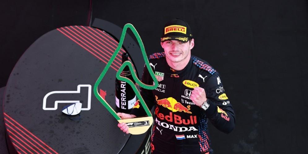 GP Stiria, Verstappen trionfa e allunga su Hamilton. Ferrari: Sainz 6° e Leclerc 7°