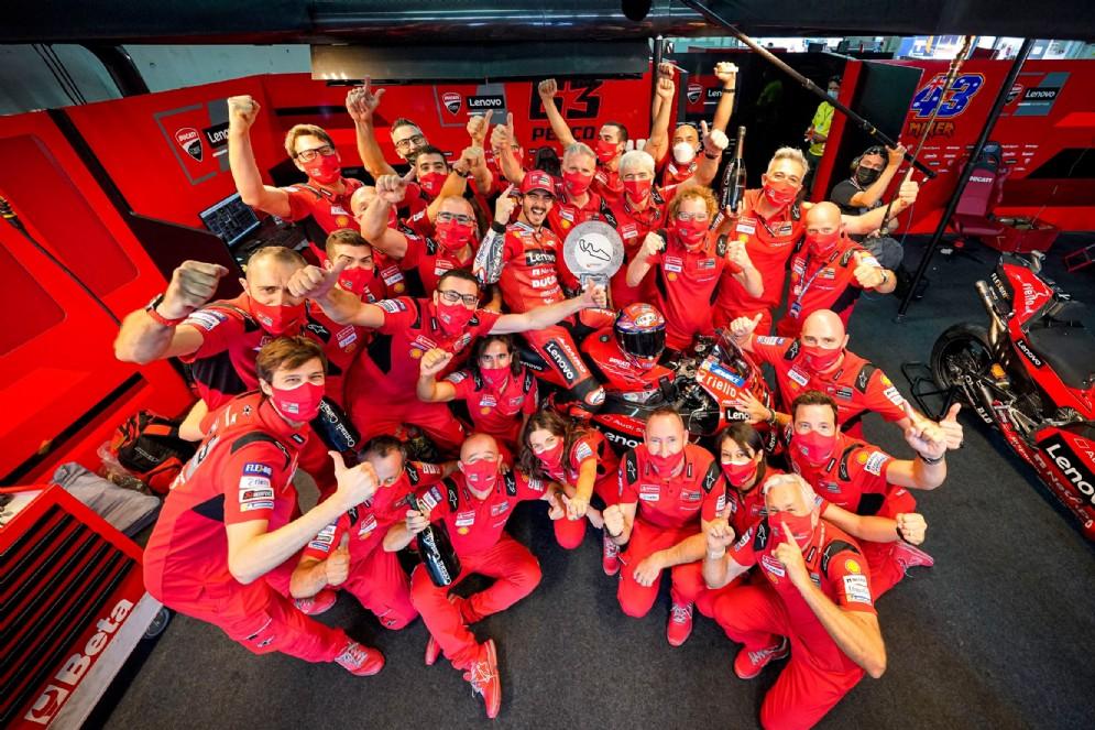 La squadra Ducati festeggia Pecco Bagnaia