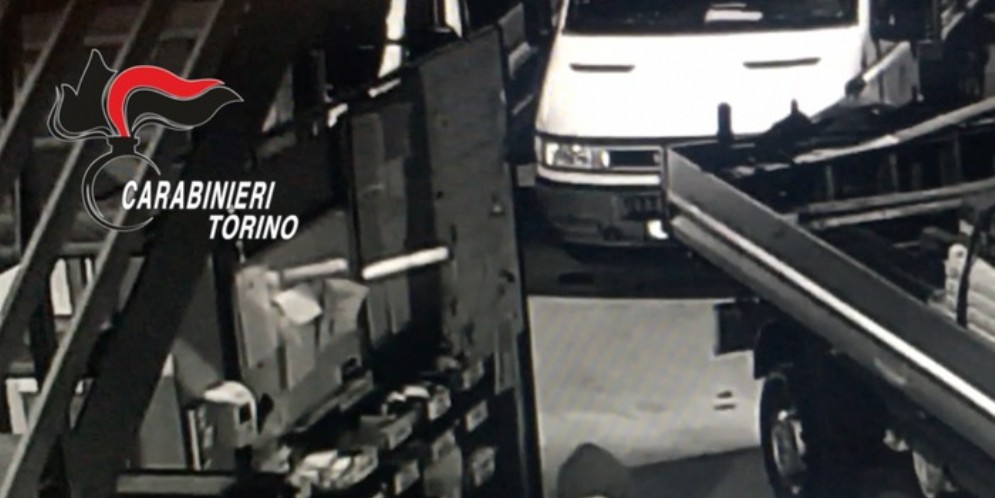 Assalti a tir e aziende: maxi-operazione con 15 arresti nel torinese