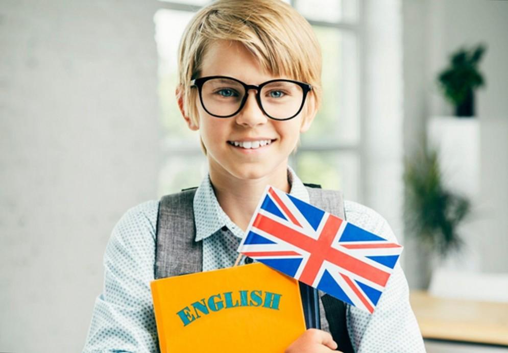 Bambino che studia inglese